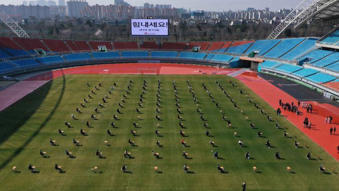 Pelamar kerja saat mengikuti ujian tertulis selama tes rekrutmen untuk Ansan Urban Corporation di stadion Wa di Ansan, Korea Selatan (4/8/2020). (AP Photo/Hong Ki-won)