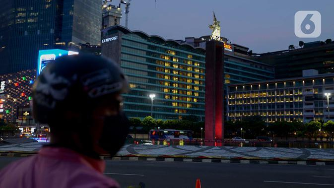 Lampu kamar menyala membentuk lambang hati di Hotel Indonesia Kempinski, Jakarta, Jumat (17/4/2020). Malam. Aksi tersebut sebagai bentuk penghargaan dan pesan cinta terhadap para tenaga medis yang berjuang di garis depan dalam penangnanan COVID-19 di Indonesia. (merdeka.com/Imam Buhori)