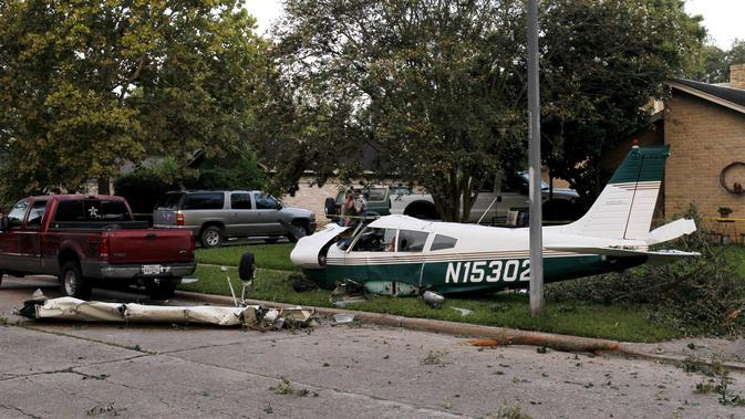 Lokasi kecelakaan pesawat di daerah Houston di Texas, Amerika Serikat (AS) (28/7/2020). Dua orang terluka ketika pesawat kecil itu jatuh pada Selasa (28/7) pagi di sebuah permukiman di Houston. (Xinhua/Steven Song)