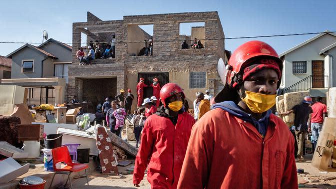 Staf perusahaan jasa pindahan Red Ants terlihat di lokasi kerja, Johannesburg, Afrika Selatan, 25 Agustus 2020. Pesanan bisnis Red Ants kembali pulih setelah Afrika Selatan melonggarkan karantina wilayah (lockdown) COVID-19 dari level tiga ke level dua pada 18 Agustus lalu. (Xinhua/Yeshiel)