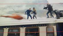 火車上高速拍戲!阿湯哥見攝影師滑落 伸手一把抓