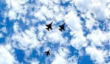 美戰機追思隊形 致敬F-16推手