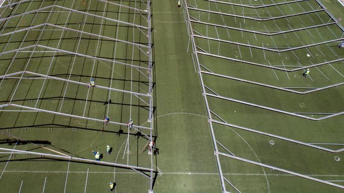 Lokasi pembangunan rumah sakit lapangan sementara untuk menampung pasien terinfeksi Covid-19 di stadion Pacaembu, di Sao Paulo, Senin (23/3/2020). Sejumlah klub sepakbola papan atas Brasil meminjamkan stadion untuk diubah menjadi rumah sakit atau klinik darurat virus corona. (AP/Andre Penner)