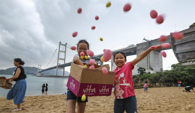 Kids in an Easter egg hunt on a beach in Ma Wan last year. Photo: Felix Wong