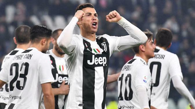 Striker Juventus, Cristiano Ronaldo, melakukan selebrasi usai membobol gawang Frosinone pada laga Serie A di Stadion Allianz, Turin, Jumat (15/2). (AP/Alessandro Di Marco)