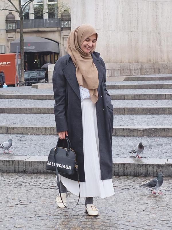 Sering menggunakan rok di setiap penampilannya, kamu juga bisa mengikuti mix and match penampilan Shireen Sungkar ini. Menggunakan busana berwarna putih dengan coat berwarna hitam yang senada dengan tas. (Liputan6.com/IG/@shireensungkar)