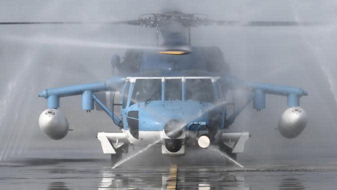 Helikopter S70C-6 buatan Amerika Serikat dibersihkan saat latihan militer di Kabupaten Chiayi, Taiwan, Rabu (15/1/2020). Kementerian Pertahanan Taiwan menggelar latihan militer selama dua hari untuk menunjukkan kemampuan mengamankan liburan Tahun Baru Imlek. (Sam Yeh/AFP)