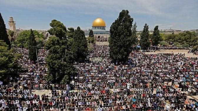 Muslim di Palestina terbiasa melakukan salat Jumat selama Ramadan tiap tahunnya di Masjid Al-Aqsa. Gambar diambil pada 10 Mei 2019 (AFP Photo)