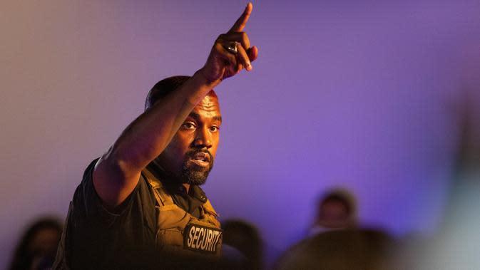 Kanye West membuat penampilan kampanye presiden pertamanya di North Charleston, Amerika Serikat pada 19 Juli 2020. Kanye West menyampaikan monolog panjang dalam kampanye pertamanya setelah mendeklarasikan diri sebagai kandidat presiden AS. (Lauren Petracca Ipetracca/The Post And Courier via AP)