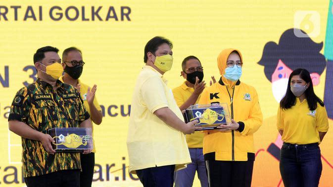 Ketua Umum Partai Golkar Airlangga Hartarto (tengah) saat HUT ke-56 Partai Golkar di Jakarta, Sabtu (17/10/2020). Partai Golkar mendorong masyarakat mematuhi protokol pencegahan penularan COVID-19 melalui 3M yaitu Memakai Masker, Mencuci Tangan, dan Menjaga Jarak. (Liputan6.com/Johan Tallo)