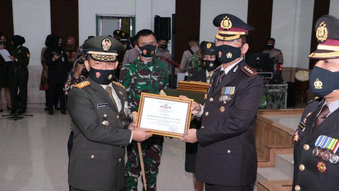 Ungkap Berita Hoaks, Dirreskrimsus Polda Metro Terima Penghargaan dari Pangdam Jaya