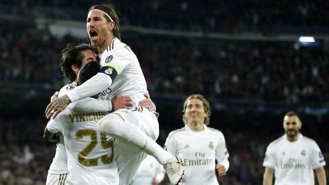 Para pemain Real Madrid merayakan gol yang dicetak oleh Isco ke gawang Manchester City pada laga liga Champions di Stadion Santiago Bernabeu, Rabu(26/2/2020). Manchester City menang dengan skor 2-1. (AP/Manu Fernandez)