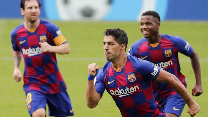 Striker Barcelona, Luis Suarez, melakukan selebrasi usai membobol gawang Celta Vigo pada laga La Liga di Stadion Balaidos, Sabtu (27/6/2020). Kedua tim bermain imbang 2-2. (AP/Lalo Villar)