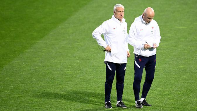 Pelatih Prancis, Didier Deschamps, memperhatikan pemainnya saat sesi latihan jelang laga lanjutan UEFA Nations League 2020/2021 di Stadion Maksimir, Kroasia, Rabu (14/10/2020). Prancis akan menghadapi Kroasia. (AFP/Franck Fife)