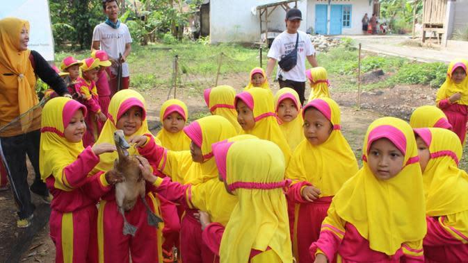 Anak-anak pengunjung eduwisata Toyareja menunjukkan bebek tangkapan mereka, beberapa waktu lalu. (Foto: Liputan6.com/Rudal Afgani)