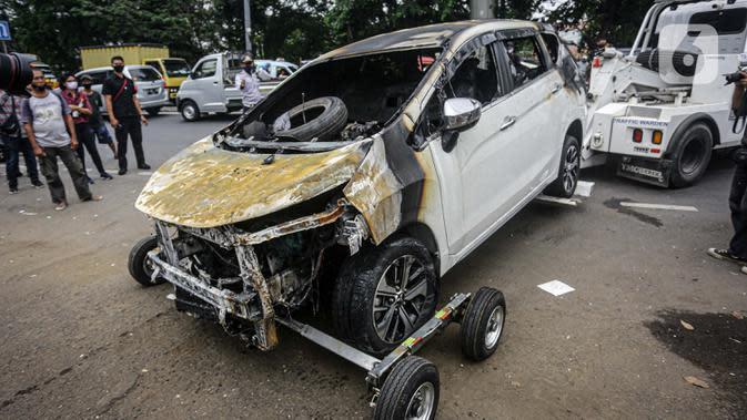 Mobil yang rusak pascapenyerangan di Polsek Ciracas, Jakarta, Sabtu (29/8/2020). Polsek Ciracas diserang oleh sejumlah orang tak dikenal pada Sabtu (29/8) dini hari. (Liputan6.com/Faizal Fanani)