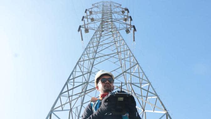 PLN sedang menarik kabel konduktor terhadap 4 menara terakhir dari 178 total menara jaringan di Sulsel menggunakan drone. (Dok PLN)