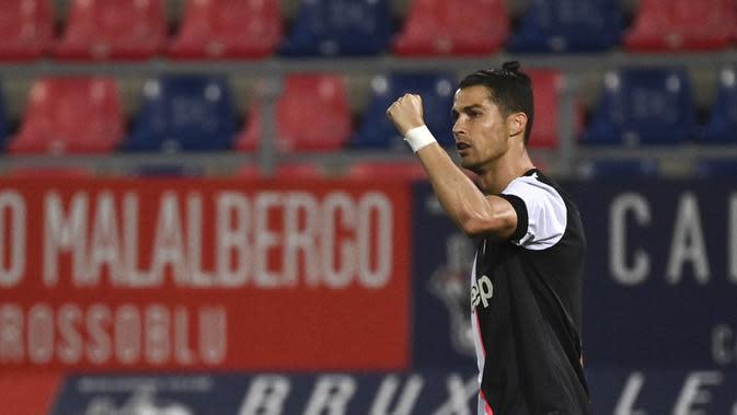 Striker Juventus, Cristiano Ronaldo, melakukan selebrasi usai membobol gawang Bologna pada laga Serie A di Stadion Renato Dall'Ara, Senin (22/6/2020). Juventus menang 2-0 atas Bologna. (AP/Massimo Paolone)