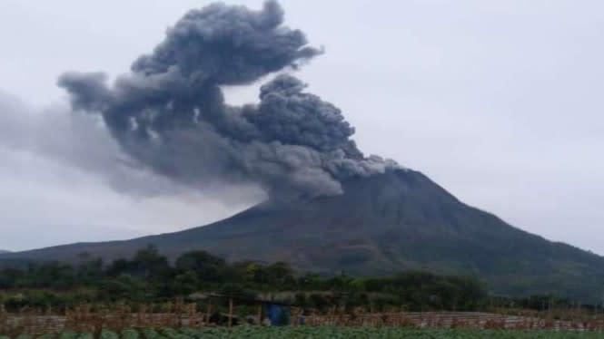 Gunung Sinabung Erupsi dan Semburkan Awas Panas Setinggi 1.000 Meter