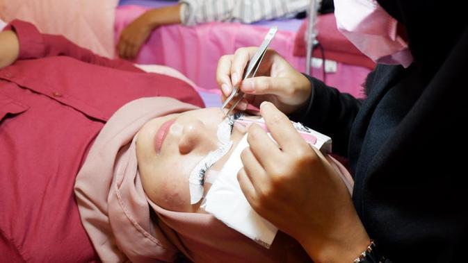 Eleonora Carolina, pemilik Eyelash Expert Studio, berbagi tips menjaga keawetan ekstensi bulu mata. (Liputan6.com/ Switzy Sabandar)