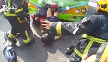 與公車相撞!女騎士後空翻倒掛 緊急搶救