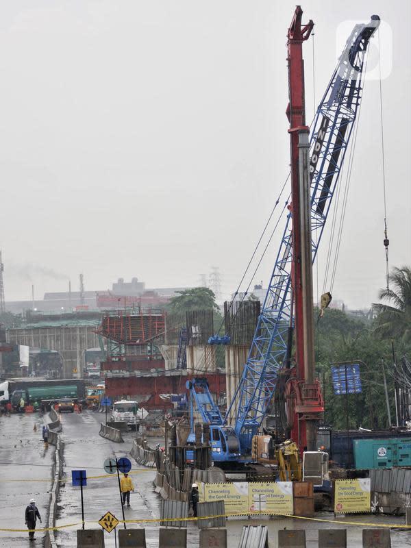 Suasana lokasi semburan gas PGN di proyek Tol Dalam Kota rute Pulogebang-Kelapa Gading, Cakung, Jakarta, Kamis (12/3/2020). Semburan gas menyebabkan akses Cakung-Pulogadung dan sebaliknya ditutup. (merdeka.com/Iqbal Nugroho)