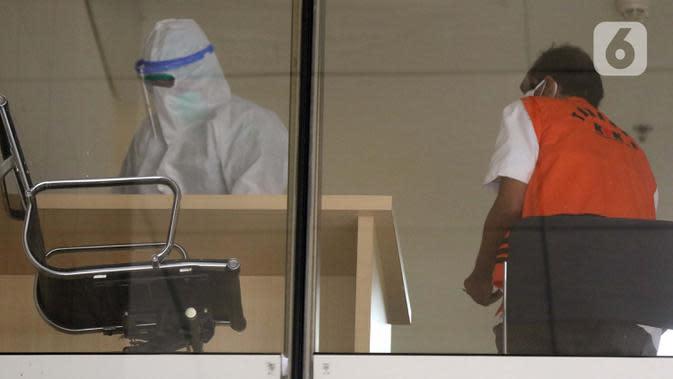 Mantan anggota DPRD Sumatera Utara 2009-2014, Layari Sinukaban (kanan) usai menjalani pemeriksaan tes usap secara mandiri di Gedung KPK, Jakarta, Kamis (15/10/2020). Layari diperiksa sebagai tersangka suap terkait fungsi dan wewenang anggota DPRD Sumut 2009-2014. (Liputan6.com/Helmi Fithriansyah)