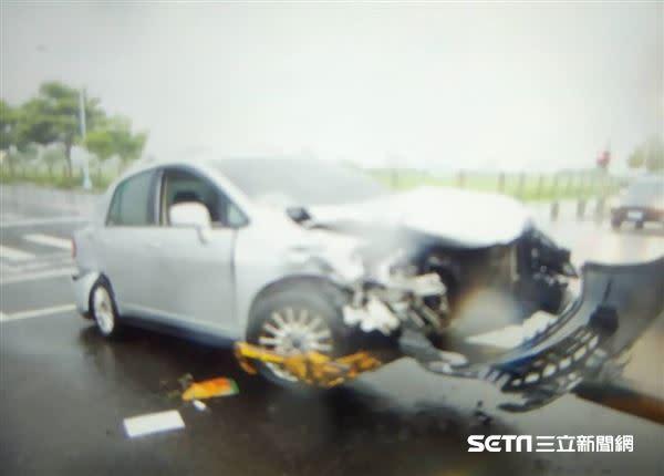 (上圖)銀車為L小姐的前老闆、前議員所駕駛的自小客車;(下圖)紅車為徐男所駕駛的車,兩車皆嚴重毀損。(圖/翻攝畫面)