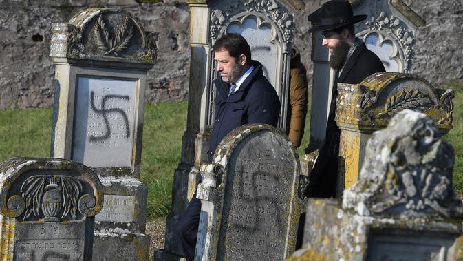 Menteri Dalam Negeri Prancis, Christophe Castaner mengunjungi pemakaman Yahudi yang menjadi sasaran aksi vandalisme, Westhoffen, dekat Strasbourg, Prancis, Rabu (4/12/2019). (AFP/Patrick Hertzog)