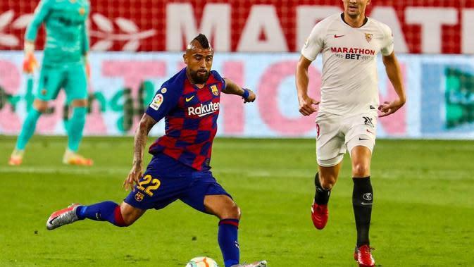 Gelandang Barcelona, Arturo Vidal menendang bola saat berhadapan dengan Sevilla pada lanjutan La Liga Spanyol, Sabtu (20/6/2020) dini hari WIB. (Dok. Twitter/FC Barcelona)