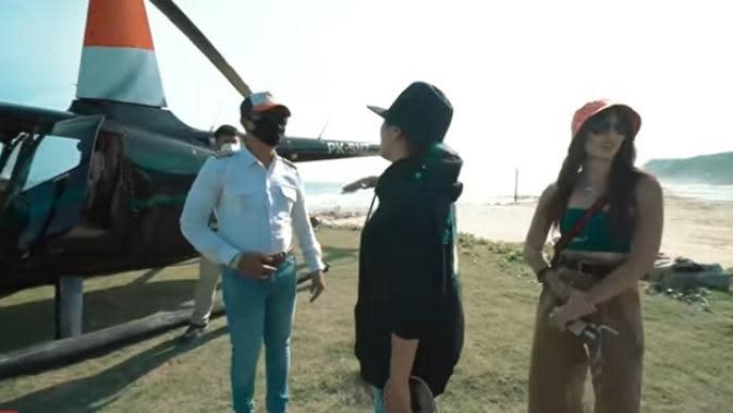 Setelah mendapat pembekalan dari petugas, Ashanty dan Nia lantas menuju helikopter yang sudah disiapkan. Ashanty langsung mencari pilot yang membawanya keliling Bali. Ashanty mengakui takut naik helikopter. (Youtube/The Hermansyah A6)