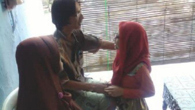 Pembelajaran menghormat kepada yang orang tua, bisa dilakukan melalui sungkeman Idul Fitri. (foto : Liputan6.com / edhie prayitno ige)
