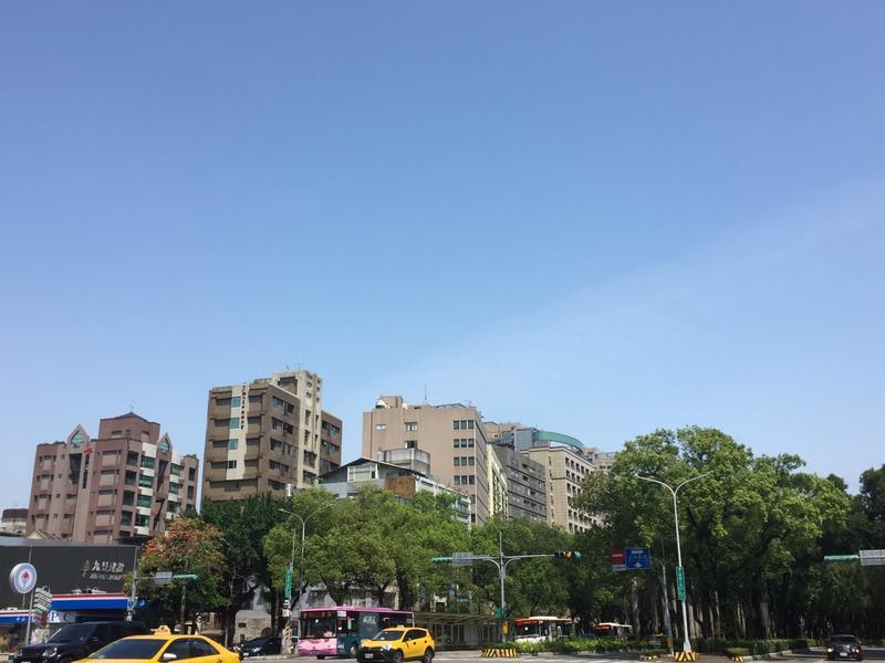 中央氣象局表示,今天天氣氣與昨天類似,各地大多為多雲到晴圖:閻芝霖/攝