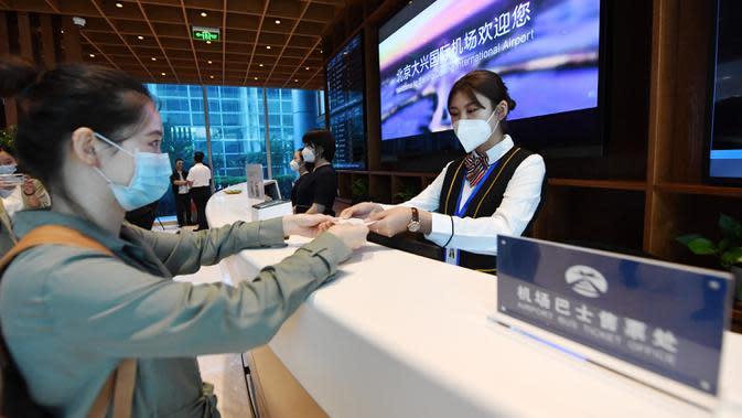 Seorang penumpang mendapatkan tiket layanan bus bandara di Terminal Kota Gu'an Bandara Internasional Daxing Beijing di Wilayah Gu'an, Provinsi Hebei, China, 16 September 2020. Terminal Kota Gu'an Bandara Internasional Daxing Beijing dibuka pada Rabu (16/9). (Xinhua/Zhang Chenlin)