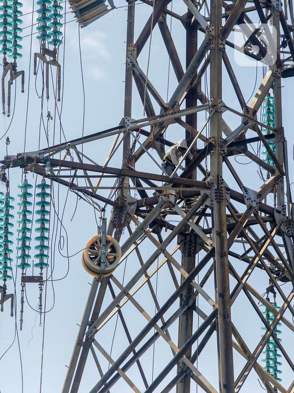 Pekerja memperbaiki kabel listrik Pembangkit Listrik Tenaga Uap (PLTU) Banten 3 Lontar, di Tangerang, Rabu (29/4/2020). PLN (Persero) semula menargetkan puncakcommercial operation date(COD) pembangkit terjadi pada 2020 dengan kapasitas pembangkit mencapai 8.823 MW. (Liputan6.com/Fery Pradolo)