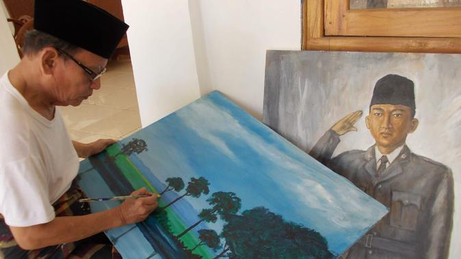 Penyair D Zawawi Imron tengah melukis di kediamannya. (foto: Liputan6.com/musthofa Aldo)