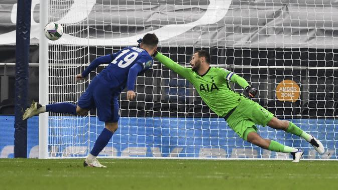 Tendangan pemain Chelsea Mason Mount melebar pada laga putaran keempat Piala Liga Inggris antara Tottenham Hotspur dan Chelsea di Tottenham Hotspur Stadium di London, Inggris, Selasa, 29 September 2020. Tottenham mengalahkan Chelsea 5-4 lewat adu penalti.