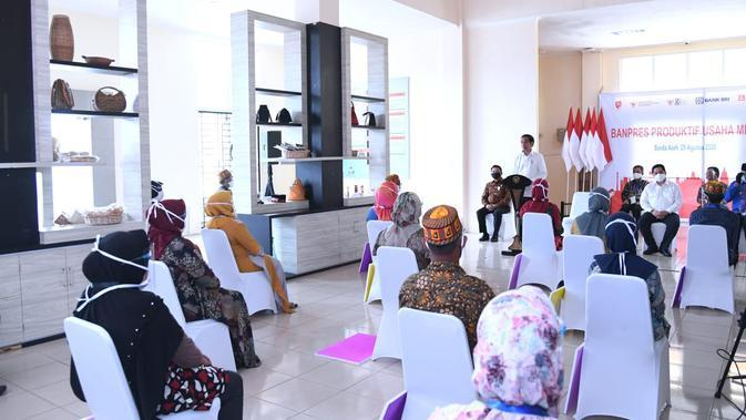 Presiden Joko Widodo memberikan Banpres Produktif Usaha Mikro kepada para pelaku usaha mikro dan kecil di Provinsi Aceh. (Dok. Biro Pers Sekretariat Presiden)
