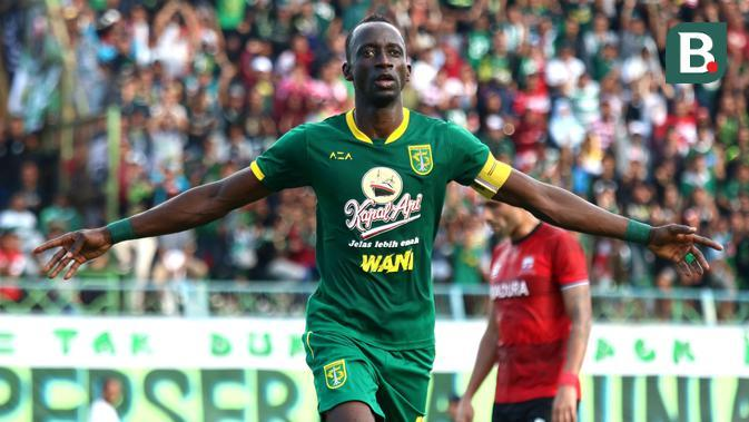 Makan Konate menjadi kapten Persebaya dan berhasil mencetak dua gol dalam kemenangan 4-2 atas Madura United dalam laga terakhir Grup A Piala Gubernur Jatim 2020 di Stadion Gelora Bangkalan, Jumat (14/2/2020). (Bola.com/Aditya Wany)