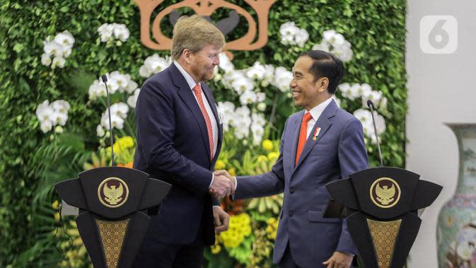 Presiden Joko Widodo (kanan) bersalaman dengan Raja Belanda Willem Alexander saat menyampaikan keterangan bersama di Istana Bogor, Jawa Barat, Selasa (10/3/2020). Raja dan Ratu Belanda mengunjungi Indonesia untuk peningkatan kerja sama bilateral bidang ekonomi dan SDM. (Liputan6.com/Faizal Fanani)