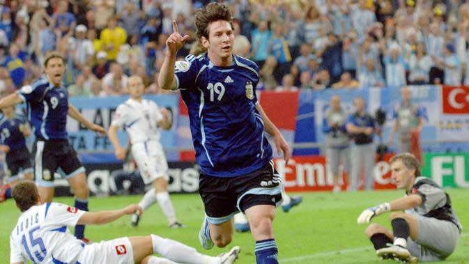 Bintang Argentina, Lionel Messi, merayakan gol yang dicetaknya ke gawang Serbia Montenegro pada laga Piala Dunia di Stadion Gelsenkirchen, Nordrhein-Westfalen, Jumat (16/6/2006). (AFP/Jung Yeon-Je)