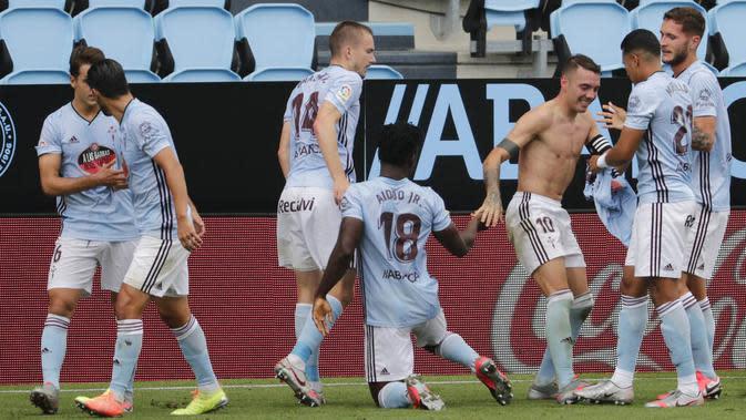 Striker Celta Vigo, Iago Aspas, melakukan selebrasi usai membobol gawang Barcelona pada laga La Liga di Stadion Balaidos, Sabtu (27/6/2020). Kedua tim bermain imbang 2-2. (AP/Lalo Villar)