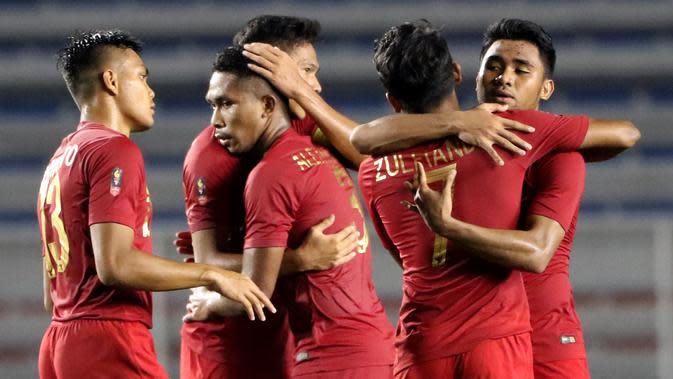 Para pemain Timnas Indonesia U-22 merayakan kemenangan atas Singapura U-22 pada laga SEA Games 2019 di Stadion Rizal Memorial, Manila, Kamis (28/11). Indonesia menang 2-0 atas Singapura. (Bola.com/M Iqbal Ichsan)