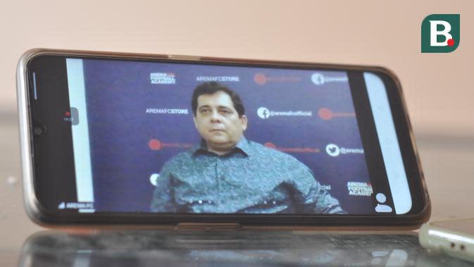 Perkenalan pelatih baru Arema FC, Carlos Oliveira, yang dilakukan secara virtual. (Bola.com/Iwan Setiawan)