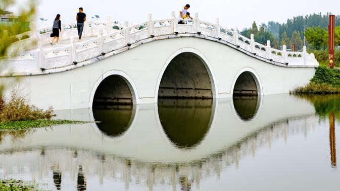 Orang-orang mengunjungi sebuah taman ekologi di Wilayah Cixian, Provinsi Hebei, China, pada 24 September 2020. Dalam beberapa tahun terakhir, Cixian berupaya menyempurnakan pengelolaan sungai dan restorasi ekologi untuk meningkatkan kualitas sistem perairan di wilayah tersebut. (Xinhua/Wang Xiao)