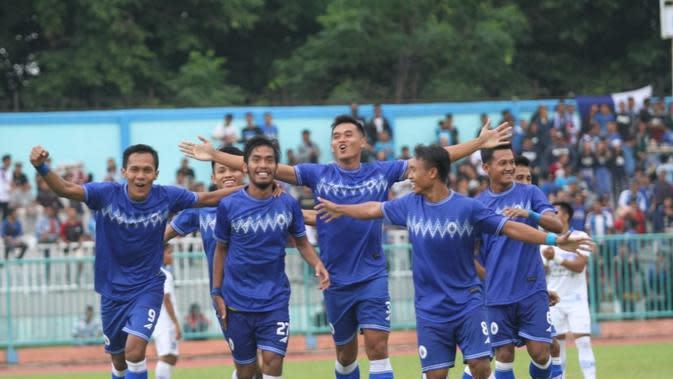 Pemain PSCS Cilacap merayakan gol ke gawang Persib Bandung dalam laga uji coba di Stadion Wijayakusuma, Cilacap, Kamis (20/2/2020). (Bola.com/Vincentius Atmaja)