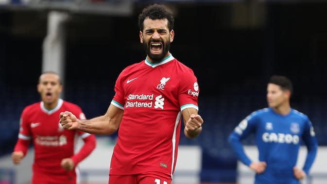 Gelandang Liverpool, Mohamed Salah, merayakan gol yang dicetaknya ke gawang Everton pada laga lanjutan Liga Inggris di Goodison Park, Sabtu (17/10/2020) malam WIB. Liverpool bermain imbang 2-2 atas Everton. (AFP/Catherine Ivill/pool)