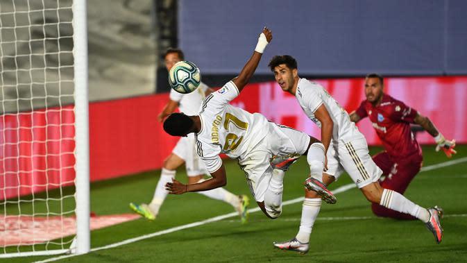 Penyerang Real Madrid, Rodrygo, berusaha menyundul bola ke gawang Alaves pada laga lanjutan La Liga pekan ke-35 di Stadion Alfredo di Stefano, Sabtu (11/7/2020) dini hari WIB. Real Madrid menang 2-0 atas Alaves. (AFP/Gabriel Bouys)