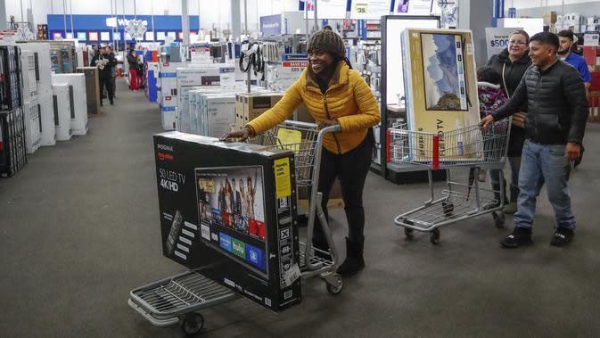 Konsumen membeli televisi di toko Best Buy Inc. saat acara penjualan Black Friday di Chicago, Illinois, Kamis (28/11/2019). Selama Black Friday yang dimulai sejak tahun 1960-an, warga Amerika merayakan tradisi dengan belanja dan berburu diskon-besaran. (Kamil Krzaczynski/Getty Images/AFP)