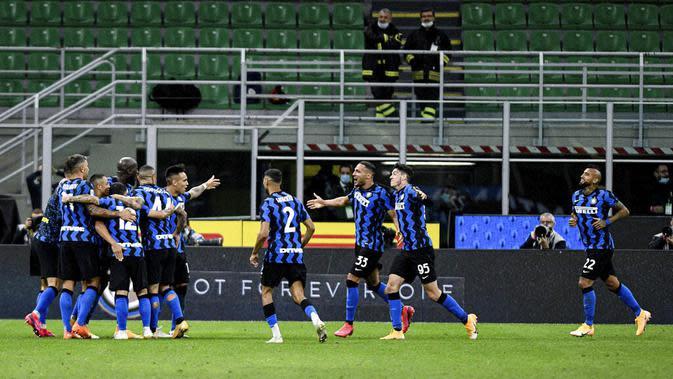 Para pemain Inter Milan merayakan gol yang dicetak oleh Danilo D'Ambrosio ke gawang Fiorentina pada laga Seria A di Stadion Giuseppe Meazza, Minggu (27/9/2020). Inter Milan menang dengan skor 4-3. (AP/Luca Bruno)